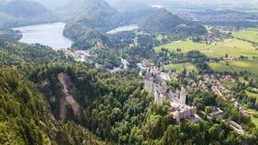 Mening van de lucht aan het kasteel van Neuschwanstein-kasteel in de Alpiene bergen Royalty-vrije Stock Afbeeldingen