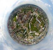 Mening van de lucht op oude en nieuwe Russische gebouwen op groen gebied stock afbeelding