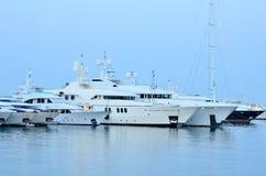 Mening van de luxeboten in de jachthaven Royalty-vrije Stock Fotografie