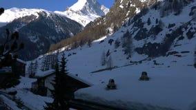 Mening van de Matterhorn-Piek tegen de blauwe hemel stock videobeelden