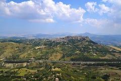 Mening van de Mediterrane stad van Calascibetta op de heuvel van Enna Town Stock Afbeeldingen