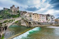 Mening van de middeleeuwse stad en de rivier stock afbeeldingen