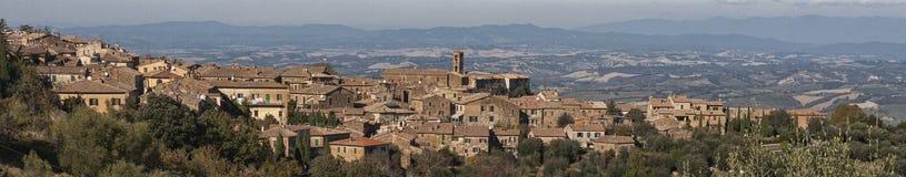 Mening van de middeleeuwse stad van Montalcino, Toscanië, Italië stock afbeelding