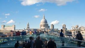 Mening van de Millenniumbrug in Londen met St Paul kathedraal en toeristen stock fotografie