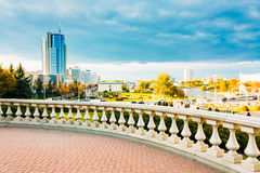 Mening van de moderne architectuur van Minsk, van het gebied Nyamiha, Royalty-vrije Stock Foto's