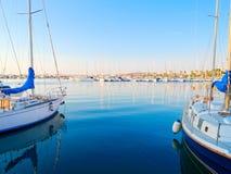 Mening van de mooie haven en de boten in Alghero, Sardinige, Italië stock afbeeldingen
