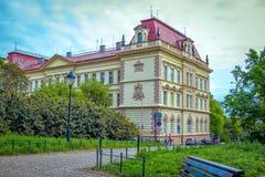 Mening van de mooie historische bouw van lage school in Praag royalty-vrije stock foto