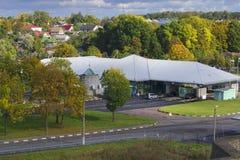 Mening van de multilaterale automobiele controlepost op de Russisch-Estlandse grens Ivangorod - Narva Stock Fotografie