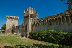 Mening van de muren en de torens rond het stadscentrum van Avignon Stock Afbeeldingen