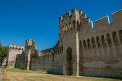 Mening van de muren en de torens rond het stadscentrum van Avignon Stock Afbeelding