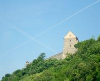 Mening van de muur van het Kasteel van Bratislava (dat in IXth-eeuw wordt opgericht) Stock Foto