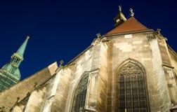 Mening van de nacht over Kathedraal bouwde Bratislava in Stock Foto