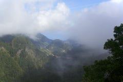 Mening van de oceaan en berghellingen door de wolken op Gemaakt Royalty-vrije Stock Foto