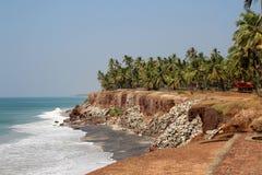 Mening van de oceaan en de overvloed van palmen van steil in Kerala Royalty-vrije Stock Fotografie