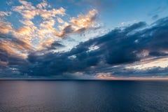 Mening van de oceaanhorizon met het sunseting en de bezinning over t Stock Fotografie