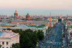 Mening van de ochtend van Nevsky Prospekt zonder auto's in St. Petersburg Op de horizonst Isaac Kathedraal en Kazan Kathedraal royalty-vrije stock fotografie