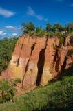 Mening van de okerheuvels in het dorp van Roussillon in Frankrijk royalty-vrije stock afbeelding