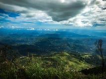 Mening van de oneindigheids de Blauwe Hemel vanaf Bovenkant van de berg royalty-vrije stock afbeelding
