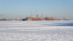 Mening van de oude Fort` Keizer Peter Grote ` van het ijs van de bevroren Golf van Finland buurt van St Petersburg stock videobeelden