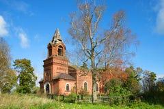Mening van de oude Orthodoxe Kerk van de Transfiguratie & x28; 1871 & x29; in het dorp Chernavino, zonnige september-dag leningra Stock Foto