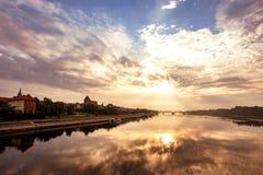 Mening van de oude Poolse stad van Torun bij dageraad Stock Afbeeldingen