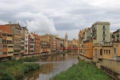 Mening van de oude stad met kleurrijke huizen op de bank van de rivier Onyar Girona, Spanje Stock Foto