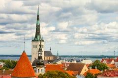 Mening van de Oude Stad van Tallinn, Oostzee en St Olaf in bewolkte de zomerdag, Estland Royalty-vrije Stock Fotografie