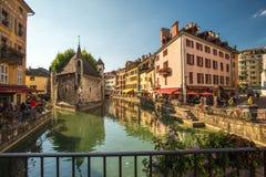 Mening van de oude stad van Annecy de 12de eeuwgevangenis en Thiou-rivier in Annecy, Frankrijk Stock Afbeeldingen