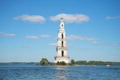 Mening van de overstroomde historische klokketoren van St Nicholas Cathedral in het Uglich-reservoir Stock Afbeeldingen