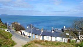 Mening van de overzeese kust met huizen en met duidelijke blauwe hemel Royalty-vrije Stock Fotografie