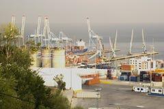 Mening van de overzeese ladingshaven met containers stock foto's