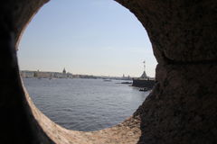 Mening van de Paleisdijk over de kantelen van de vesting Heilige Petersburg Royalty-vrije Stock Afbeeldingen