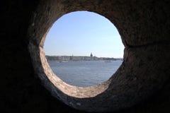 Mening van de Paleisdijk over de kantelen van de vesting Heilige Petersburg Stock Afbeelding