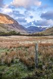 Mening van de Pas van Nant Ffrancon bij het Nationale Park van Snowdonia, met onderstel Tryfan op achtergrond Gwynedd, Wales, het stock afbeelding