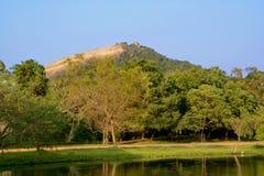 Mening van de Pidurangala-Rots - zet dichtbij Sigiriya-Rots in Sri L op royalty-vrije stock foto