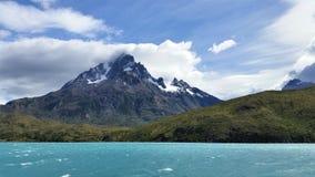 Mening van de Pieken van Patagonië van gletsjermeer Royalty-vrije Stock Foto's