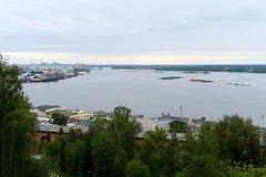 Mening van de pijl van de samenloop van de rivieren Volga en Oka Royalty-vrije Stock Foto