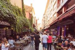 Mening van de Populaire straten van Kadikoy waar de Mensen lopend houden van en bezoekend royalty-vrije stock afbeelding