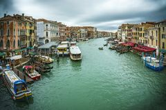 Mening van de rialtobrug op het grote kanaal in Venetië op cl royalty-vrije stock afbeelding