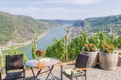 Mening van de Rijn-vallei van een restaurant boven de stad van Oberwesel in Duitsland Royalty-vrije Stock Foto