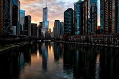 Mening van de Rivier van Chicago, die op het overweldigen, diepe oranje de winterzonsondergang in Maart wijst royalty-vrije stock afbeeldingen