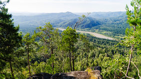 Mening van de rivier en de bergen Stock Fotografie