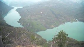 Mening van de rivier en een canion van hoge hoogte stock video