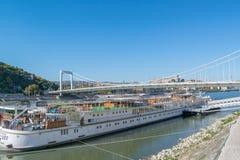 Mening van de rivier van Donau met bastion en brug in Boedapest Stock Foto