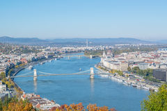Mening van de rivier van Donau met bastion en brug in Boedapest Royalty-vrije Stock Afbeeldingen