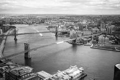 Mening van de Rivier van het Oosten en van Brooklyn en van Manhattan Bruggen in zwart-wit Stock Afbeeldingen
