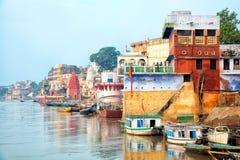 Mening van de rivier van Varanesi en van Ganges Stock Afbeeldingen