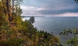 Mening van de rivier Volga (Rusland, Ulyanovsk-gebied) in de herfst, donkere nacht Royalty-vrije Stock Afbeelding