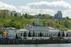 Mening van de Rivierhaven van Nizhny Novgorod van de Volga Rivier royalty-vrije stock fotografie
