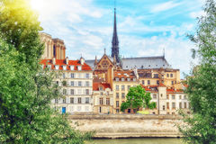 Mening van de Rivierzegen en de meeste mooie steden in de wereld - Stock Foto's